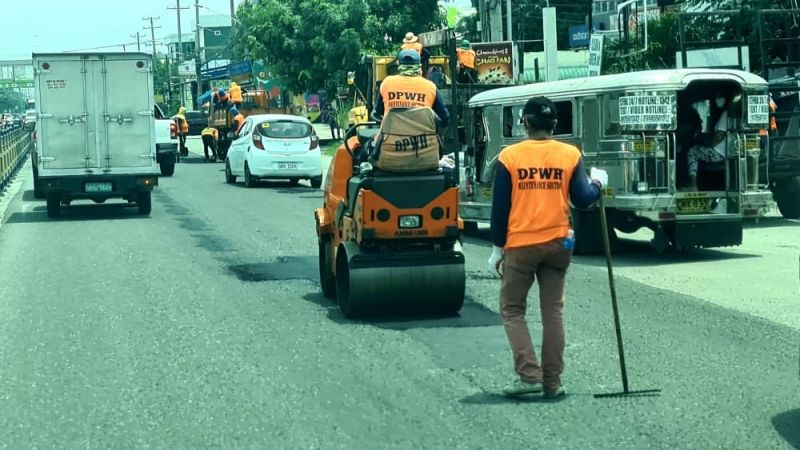 PAMPANGA. Maintenance crews of the Department of Public Works and Highways (DPWH)- Pampanga 1st District Engineering Office take advantage of the good weather to apply asphalt on potholes along MacArthur Highway in Barangay Maimpis, City of San Fernando. Heavy rains brought about by typhoons caused flooding in low-lying areas. (Chris Navarro)