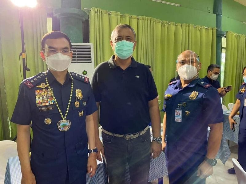WITH THE CHIEF. Masantol Mayor Danilo Guintu and chief of police Major Leonardo Lacambra were joined by Philippine National Police Chief Director General Guillero Eleazar during the latter's visit to the province. (Contributed photo)