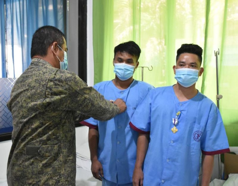GALLANT TROOPS. The Western Mindanao Command (Westmincom) confers the Wounded Personnel Medal to three soldiers for gallantry against lawless elements in Basilan province. A photo handout shows Major General Generoso Ponio, Westmincom acting commander, pinning the medal to two of the three awardees, who also received cash assistance, during his visit to them at Camp Navarro General Hospital. (SunStar Zamboanga)