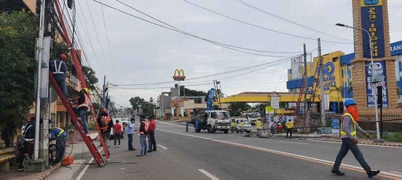 BACOLOD. The portion of Araneta street in front of the Gaisano City Grand Mall that was closed to traffic yesterday, September 17, after a truck snagged on the cables of two telecom companies and caused three wooden posts to fall in the middle of the road. (APN photo)