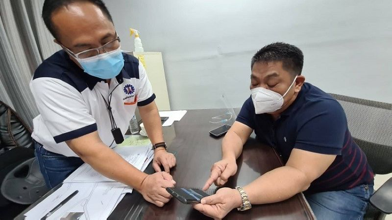 """PAMPANGA. Department of Public Works and Highways-Pampanga 1st District Engineering Office DE Almer Miranda and Bacolor Mayor Eduardo """"Diman"""" Datu exchange notes regarding unfinished, finished and ongoing projects being implemented in the said municipality. (Chris Navarro)"""