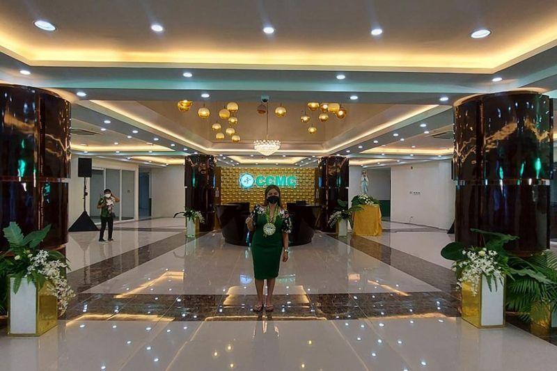 """MAORAG HOTEL: Di ni lobby sa usa ka hotel. Lobby kini sa bag-ong Cebu City Medical Center (CCMC) nga mapagarbuhong gipakita ni hospital administrator Yvonne Cania human sa giingon niyang malisod nga tahas tungod sa daghang mga kakulian ug pagbabag, apan ilang nabuhat ang """"imposible nga posible."""" Ang unang tulo ka andana sa CCMC gibuksan sa Sabado sa hapon, Septiyembre 18, 2021 nga nagpasabot nga makadawat na sila og pasyente. (Philip A. Cerojano)"""