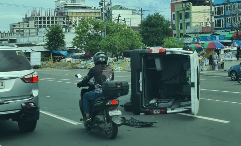 PAMPANGA. A van involved in an accident turns sideways along MA Roxas Avenue in Angeles City on Saturday, September 18, 2021. (Chris Navarro)