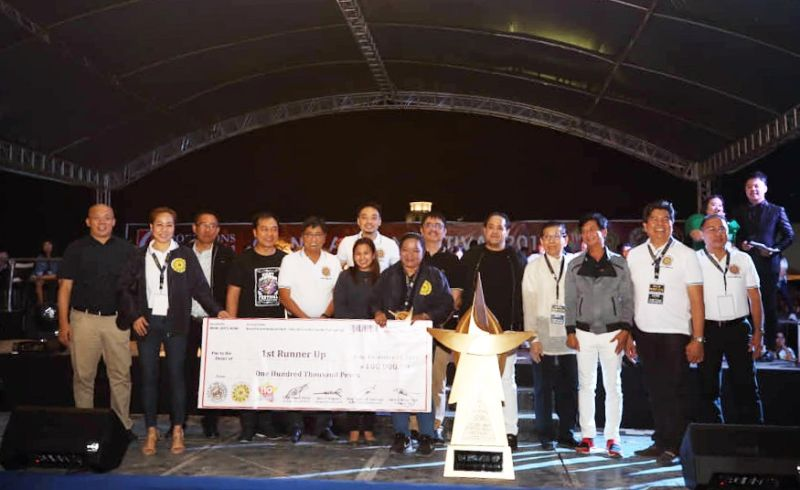 GLF 2018 FIRST RUNNER-UP. In this file photo, lady giant lantern maker Maryanne Torres (C) joins her crew and festival officials after winning first runner-up in the 2018 Giant Lantern Festival. (JTD)