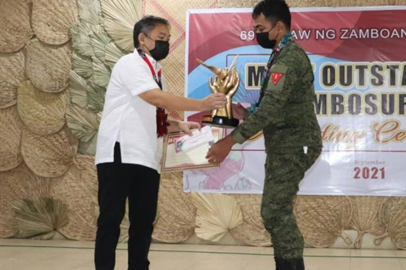 OUTSTANDING ZAMBOSURIANS. The provincial government of Zamboanga del Sur accords recognition to four 'Matapat' troops Most Outstanding Zambosurians Friday, September 17, 2021, in celebration of the 69th founding anniversary of the province. A photo handout shows Zamboanga del Sur Governor Victor Yu handing over the plaque and mementos to one of the four awardees. (SunStar Zamboanga)