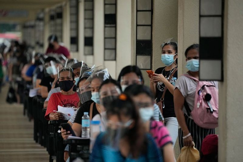 MANILA. Residents wait for their turn at a vaccination center in Quezon City on Monday, September 13, 2021. (AP)
