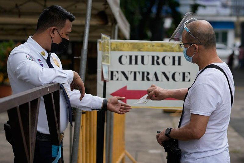 MANILA. A man shows his vaccine card to enter the Santo Domingo Church in Quezon City, Philippines as religious activities reopen with health restrictions on Thursday, September 16, 2021. (AP)
