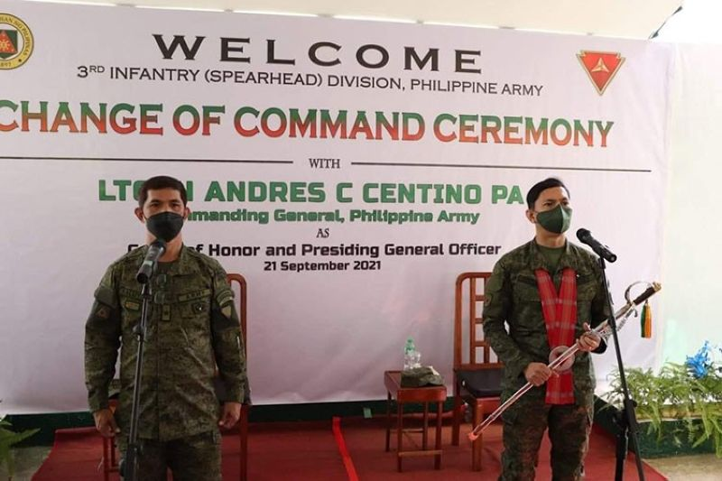 Major General Benedict Arevalo assumesthe positionas commander of 3rd Infantry Divisionfrom Brigadier General Noel Baluyanin rites held atCamp Gen. Macario Peralta Jr.in Jamindan, Capizyesterday, September 21. (Contributed photo)