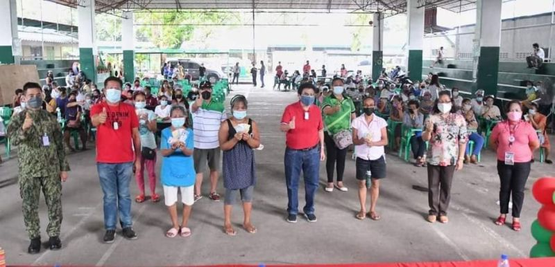 BACOLOD. City Mayor Evelio Leonardia and other officials during the first payout at the Banago  Elementary School I Gym in the city yesterday, September 22. (Contributed photo)