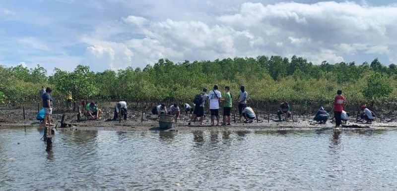 Various groups in Negros Occidental join the mangrove planting activity in Bacolod City recently as their way to support the call for Davao City Mayor Sara Duterte-Carpio to run for president next year. (Contributed Photo)