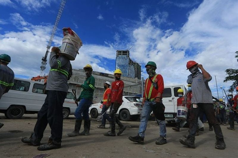 Workers go home after work is stopped at a construction site at the South Road Properties in Cebu City, following an accident that claimed the lives of two workers Tuesday, Sept. 21, 2021. (File photo/Amper Campaña)