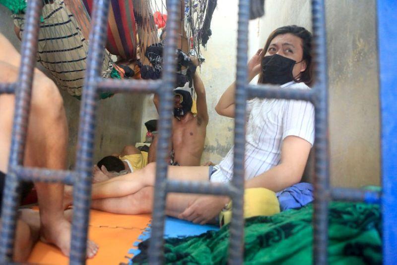 Si Naser Fuentes nga naa sa sulod sa selda sa Station 3 sa Mandaue City Police Office (MCPO)./ALAN TANGCAWAN