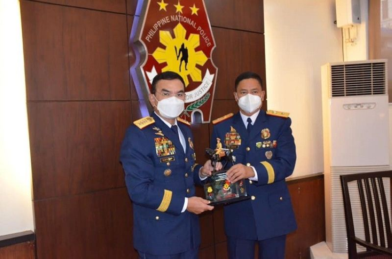 BEST REGIONAL POLICE. PRO-Central Luzon Director Brigadier General Valeriano De Leon personally receive the Best Regional Police award from Philippine National Police Chief General Guillermo Eleazar. (PRO-Central Luzon)
