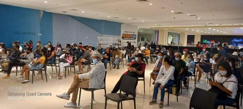 BACOLOD. Voters applicants continue to flock to a mall satellite registration site in Bacolod City. (Leilani Kho photo)