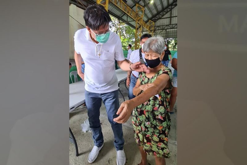 PAMPANGA. Former Candaba Mayor Danilo 'Boy' Baylon provided medical assistance to an elderly woman who sought his help during a food donation drive in Barangay Del Carmen, City of San Fernando Tuesday, September 21, 2021. (Chris Navarro)