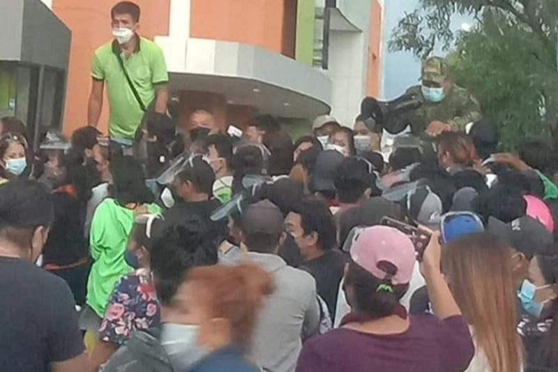 BACOLOD. At least a thousand residents crowd a portion of SM City Mall in Bacolod City for voter registration, violating the curfew and social distancing. (Task Force Disiplina photo)