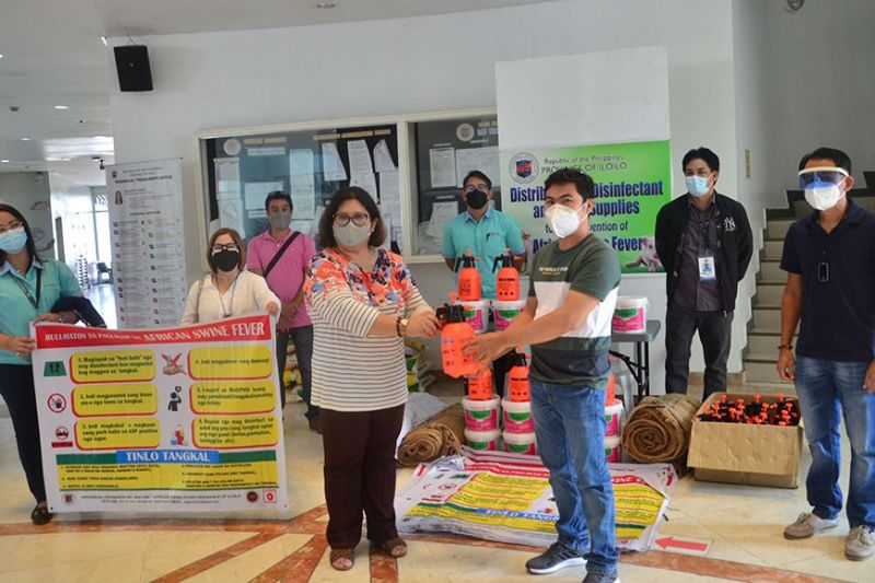 ILOILO. Provincial Administrator Suzette Mamon leads the ceremonial distribution of disinfectants and other supplies to the municipalities of Oton and Sta. Barbara on September 27, 2021 to strengthen their preventive measures against African Swine Fever. (PR)