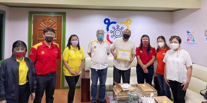 """FIGHTING COVID-19 TOGETHER. The Mabalacat City Government (MCG) under the leadership of Mayor Crisostomo Garbo received a Certificate of Appreciation from Shell Philippines citing MCG's invaluable support to the company's vaccination drive dubbed """"Fighting Covid-19 Together."""" (Mabalacat City Information Office)"""