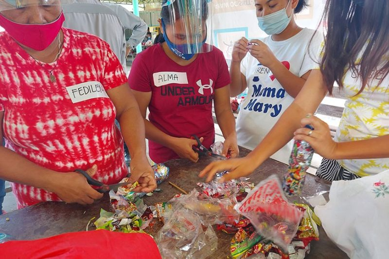 TRAINING. Household representatives of Baro beach residents in San Fernando, Cebu learn to make ecobricks from plastic waste. / CONTRIBUTED