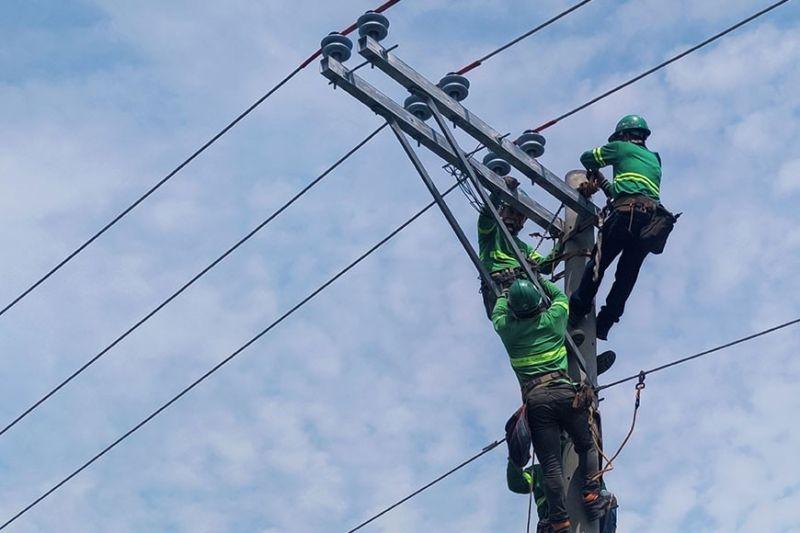 ILOILO. Linemen of More Power Iloilo during the emergency rehabilitation of the power line in Iloilo City. (Leo Solinap)
