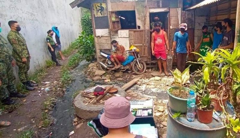 NEGROS. The arrested suspects in an alleged drug den in Barangay 2 in Bacolod City Tuesday, September 28. (Aksyon Radyo Bacolod Photo)