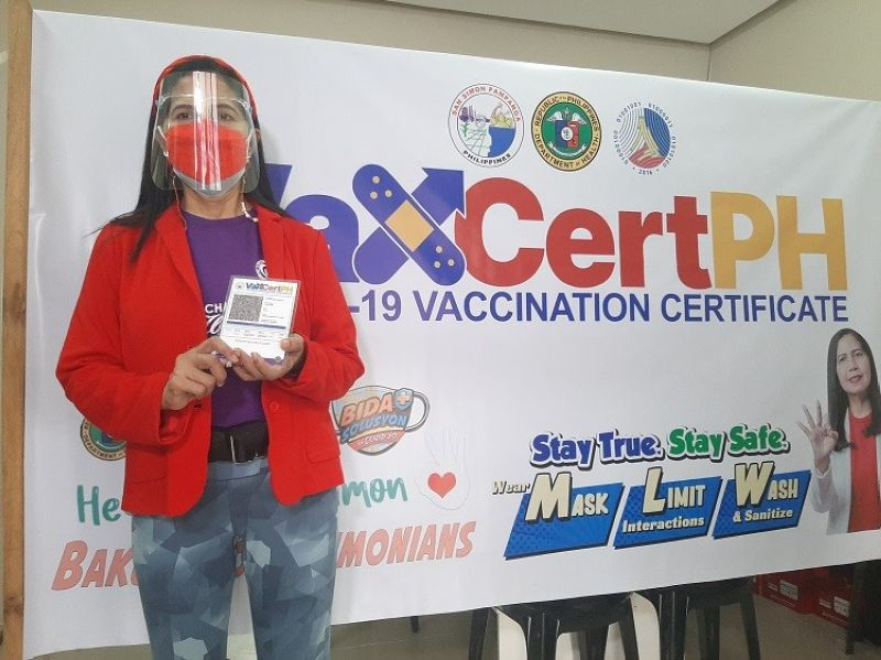 VAXCERTPH. Acting Mayor Leonora Wong shows a sample of the VaxCertPH, the official Vaccination Certificate for fully vaccinated individuals against Covid-19, which will be issued to Simonian OFWs. (Princess Clea Arcellaz)