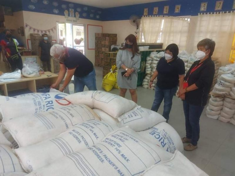 RICE FOR ANGELENOS. Mayor Carmelo 'Pogi'  Lazatin inspects goods to be used for the distribution of food packages for Angeleño households in the 33 barangays. (Angeles City Information Office)