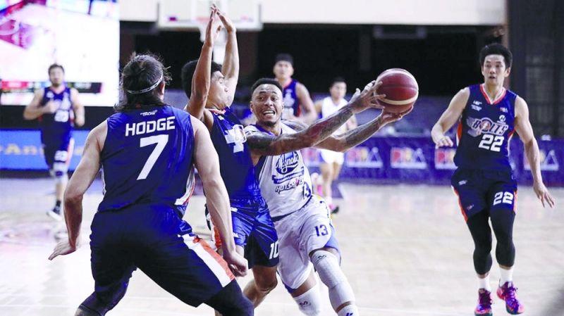 THE BEAST: Si Calvin Abueva (nagdala sa bola) nga milusot atubangan sa hugot nga depensa sa Meralco Bolts niining aktoha atol sa Game One kagahapon sa PBA Philippine Cup semifinals series. (PBA Images)