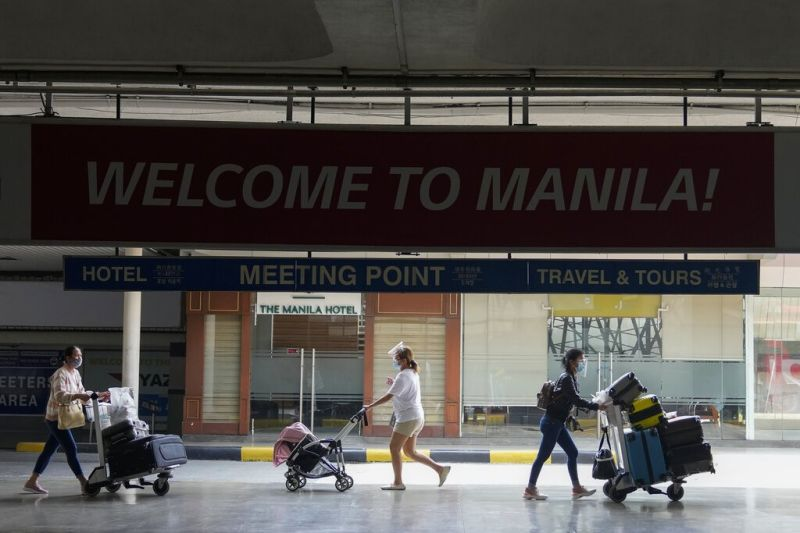 MANILA. Passengers arrive at the Ninoy Aquino International Airport in this photo taken on Sept. 6, 2021. About two-thirds of the 930 returning overseas Filipinos who tested positive for Sars-CoV-2 were found to carry variants of concern. (AP)