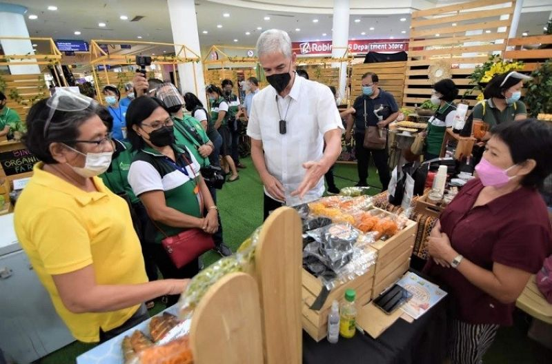 NEGROS OCCIDENTAL. Governor Eugenio Jose Lacson checks on the products displayed at the ongoing agro-fishery fair and exhibition that opened at the Robinsons Place Bacolod Wednesday, October 6. (Richard Malihan photo)