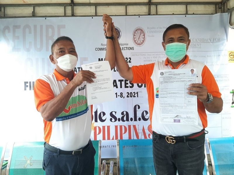 SERBISYUNG GUINTU. Businessman Aguinaldo 'Homer' Guintu filed his certificate of candidacy for Masantol mayor while brother outgoing Mayor Danilo Guintu aspires to lead the local council as the town's vice mayor. (Princess Clea Arcellaz)