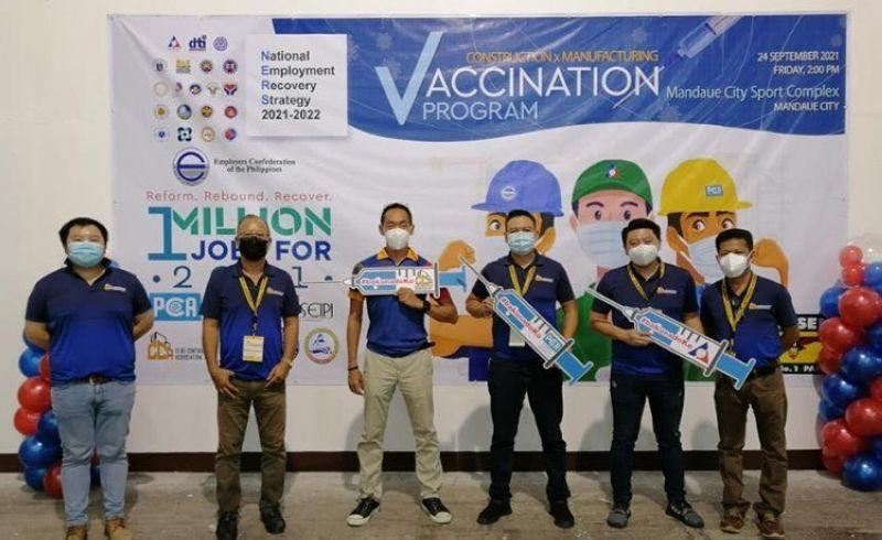 Construction workers in Mandaue, Dumaguete get Covid-19 jabs (Photo grabbed from Cebu Contractors Association, Inc.'s Facebook)