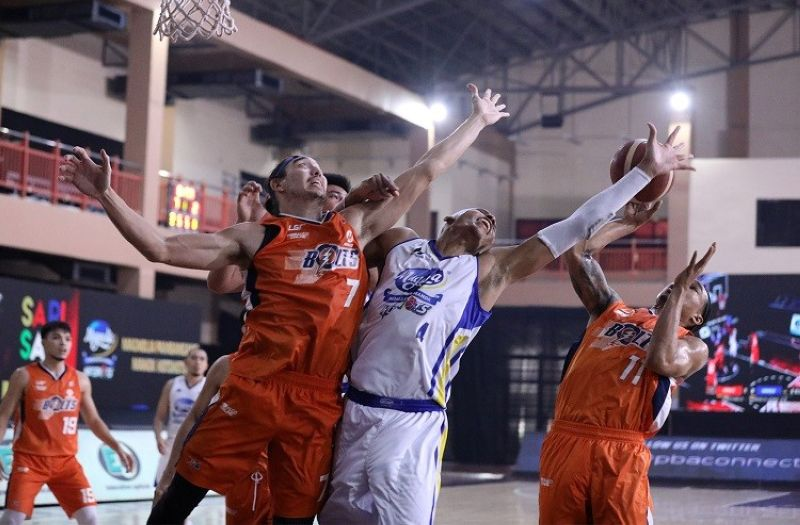 PAMPANGA. The Meralco Bolts and the Magnolia Hotshots battle for the loose ball in Game Three. (PBA)