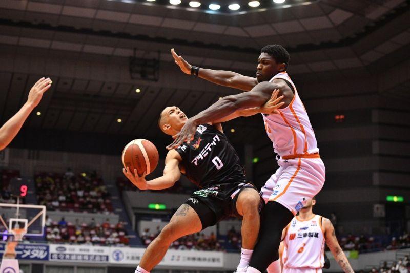 Thirdy Ravena tries to get his shot off against the Niigata Albirex defense. / B.League