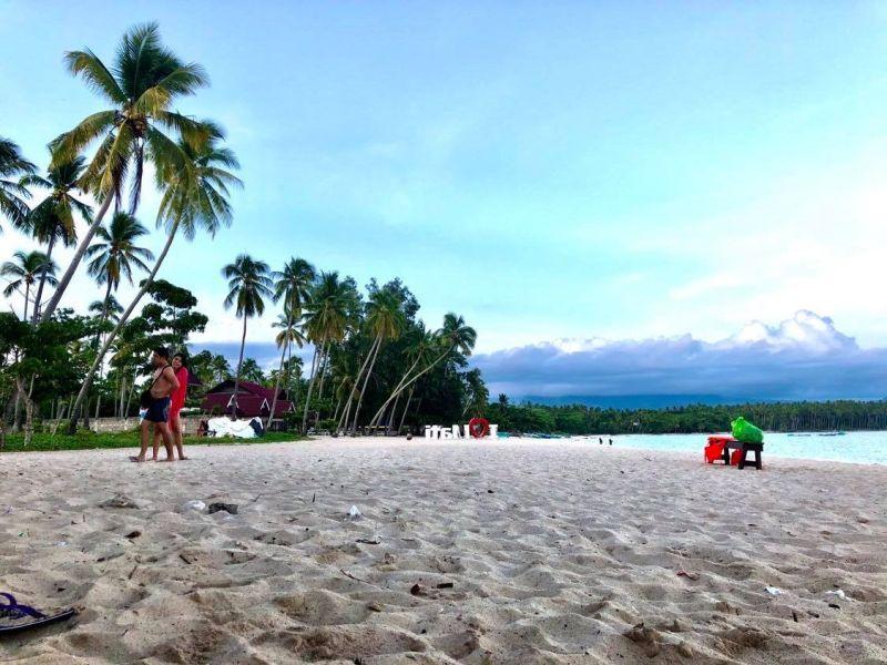 DAHICAN. Ang baybayon sa Barangay Dahican, Mati City diin sagad ginadayo ang mga resort gumikan sa perfect kaayo nga balud alang sa mga surfers ug ang kanindot sa talan-awon ug puti nga balas. (Hulagway iya ni Jeepy P. Compio)