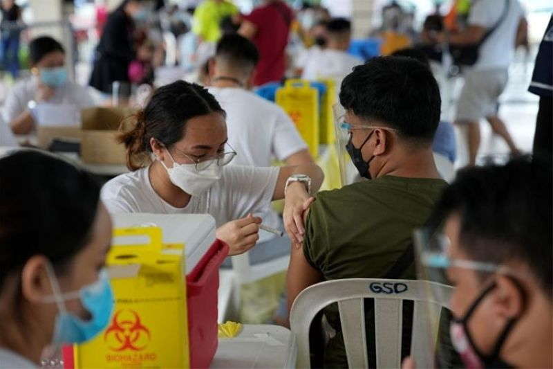 MANILA. A man is inoculated with China's Sinovac Covid-19 vaccine in Quezon City, Philippines on Monday, September 13, 2021. (AP)
