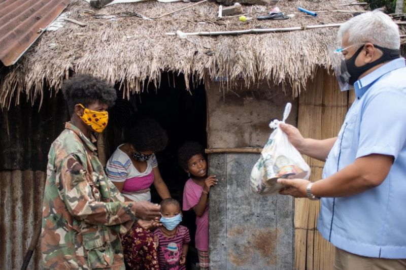 FOOD ASSISTANCE FOR AETAS. Angeles Mayor Carmelo Lazatin Jr. hands over food assistance to an Aeta family in the city. (Angeles City Information Office)