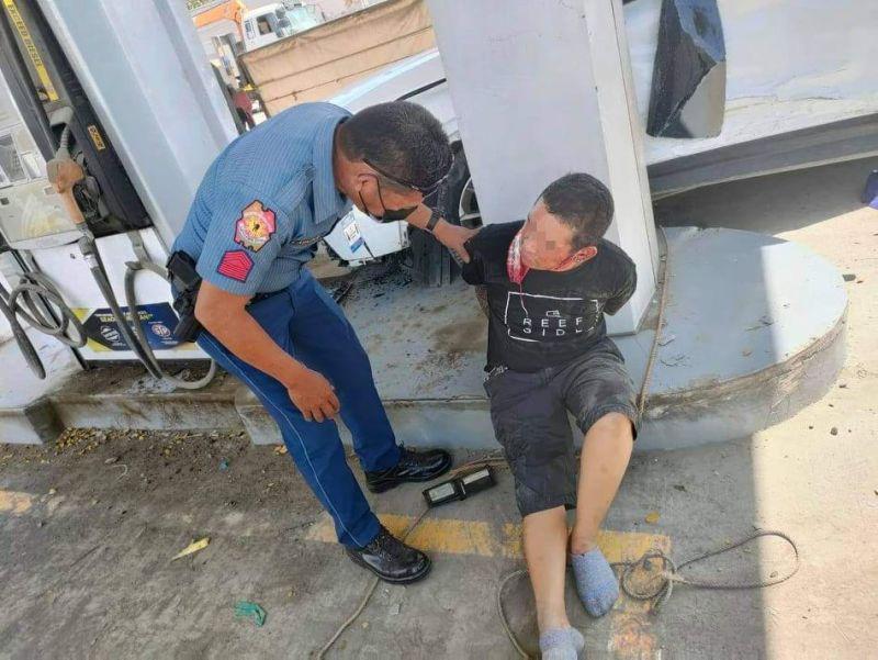 DAVAO. Nadakpan ang suspek nga nagpagukod sa mga pulis ug Task Force Davao human wa magpa-inspeksiyon sa checkpoint Martes sa buntag, Oktubre 12, didto sa Bunawan, Davao City. (Davao City Police Office)