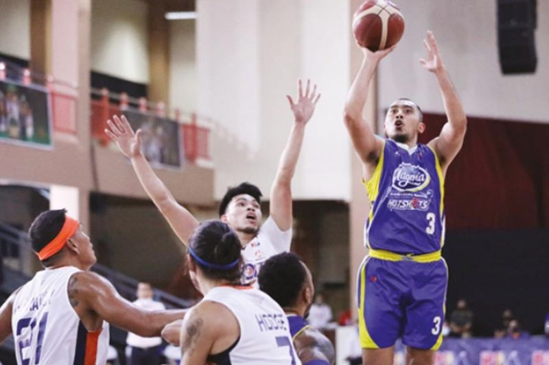 BASKETBALL. Paul Lee and the rest of the Magnolia Hotshots are not taking any chances against the Meralco Bolts in the semifinals. / PBA