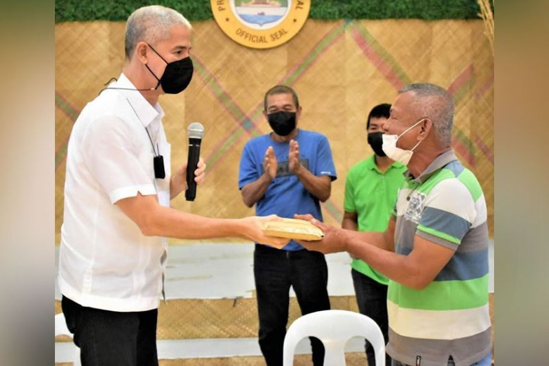 NEGROS. The High Valued Commercial Crops Farmers Association in Sipalay City receives P500,000 in loan assistance from Governor Eugenio Jose Lacson on Tuesday, October 12. (Contributed photo)