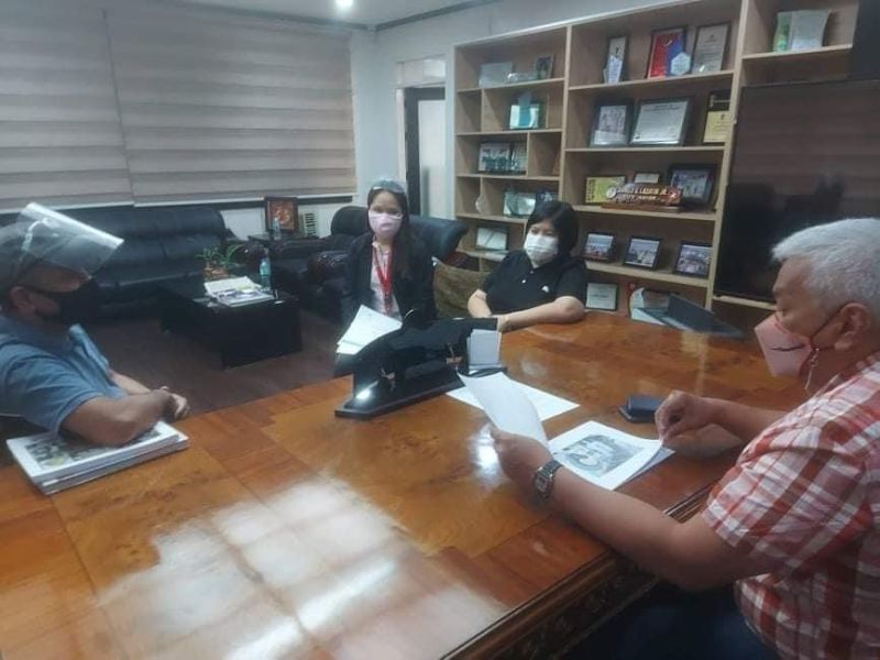 """MEETING ON MURAL. Mayor Carmelo """"Pogi"""" Lazatin Jr. with Chief Adviser IC Calaguas, Angeles City Tourism Officer-in-Charge Anneleen Antonio-Sugui and Norman Tiotuico meet about the proposed mural in the city's heritage district on Oct. 12, 2021. (Angeles City Information Office)"""