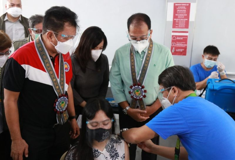 JABBING AT MCC. (L-R) Commission on Higher Education Chairperson J. Prospero De Vera III, Mabalacat City College (MCC) President Michelle Ong and National Task Force Against Covid-19 Chief Implementer and vaccine czar Carlito Galvez Jr. oversee the vaccination of students at Mabalacat City College. (PCOO)
