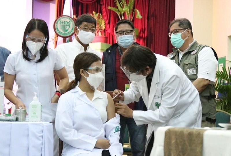 """JABBING AT OLFU PAMPANGA. About 700 students of Our Lady of Fatima University-Pampanga Campus are vaccinated against Covid-19 through the """"PADYAK! Para sa Flexible Learning: Sama-samang Vaccination"""" pilot program of the Commission on Higher Education. (PCOO)"""