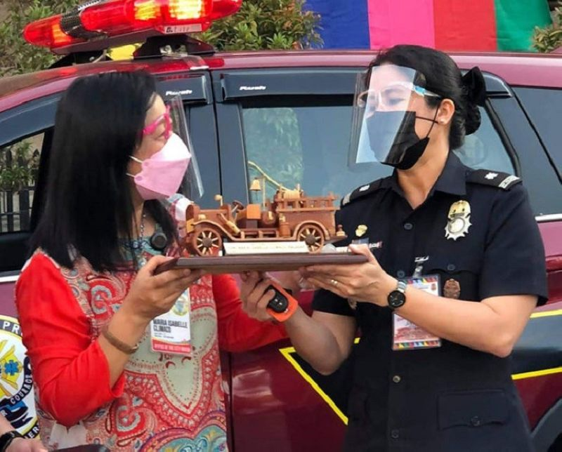 NEW VEHICLES. The Zamboanga City Fire District (ZCFD) of the Bureau of Fire Protection (BFP) gets a boost in terms of mobility as the ZCFD receives two new vehicles from the city government Thursday, October 14. A photo handout shows Chief Inspector Jacqueline Ortega, ZCFD marshal (right) hands over a miniature of a firetruck to Mayor Maria Isabelle Climaco-Salazar (left) as a token of appreciation for the assistance they received from the city government. (SunStar Zamboanga)NEW VEHICLES. The Zamboanga City Fire District (ZCFD) of the Bureau of Fire Protection (BFP) gets a boost in terms of mobility as the ZCFD receives two new vehicles from the city government Thursday, October 14. A photo handout shows Chief Inspector Jacqueline Ortega, ZCFD marshal (right) hands over a miniature of a firetruck to Mayor Maria Isabelle Climaco-Salazar (left) as a token of appreciation for the assistance they received from the city government. (SunStar Zamboanga)