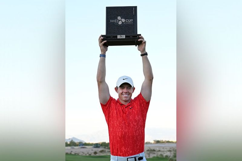 VICTORY. Rory McIlroy, of Northern Ireland, displays the trophy after winning the CJ Cup golf tournament Sunday, Oct. 17, 2021, in Las Vegas. / AP