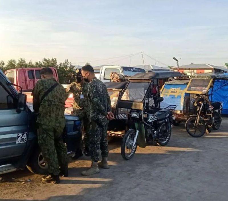 ZAMBOANGA. Joint police and marine troops seize some P190,000 worth of smuggled cigarettes in a checkpoint operation Sunday, October 17, at Phase 1 in Kasanyangan village, Zamboanga City. (SunStar Zamboanga)