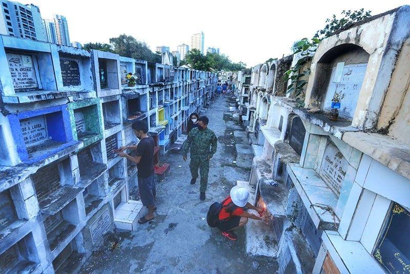 SAM-ANG SA CARRETA: Makita na ang kapulisan sa sulod sa Carreta Cemetery sa dakbayan sa Sugbo. / Amper Campaña