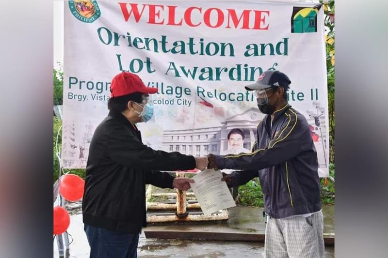 NEGROS. Bacolod City Mayor Evelio Leonardia (left) leads the distribution of certificates of lot awards, to 51 Bacolodnons at the Progreso Village in Barangay Vista Alegre over the weekend. (Bacolod City PIO)
