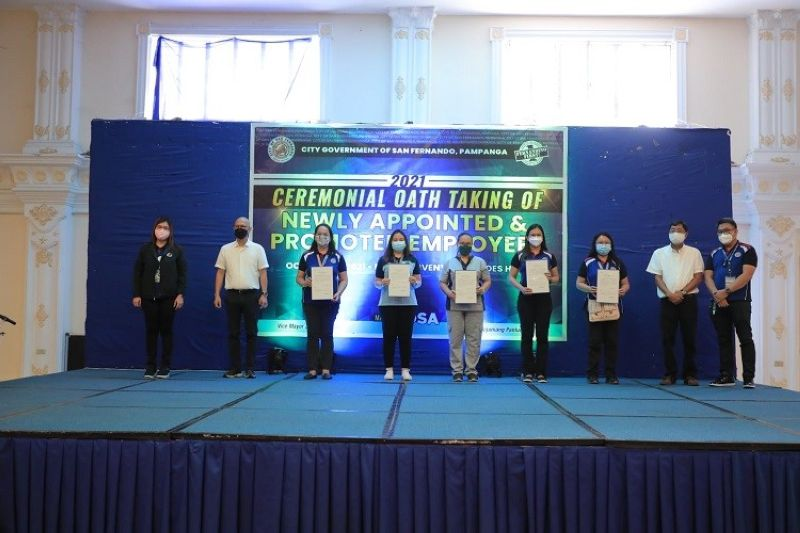 """PROMOTED HEALTH PERSONNEL. These employees of the City Government of San Fernando who are under health and medical fields were among the over 90 newly appointed and promoted employees of the City on October 18, 2021. Joining them are Mayor Edwin """"Edsa"""" Santiago, Vice Mayor Jimmy Lazatin, City Health Officer-in-Charge Dr. Carlos Mercado, and City Human Resource Management Officer Dr. Rachelle Yusi. (City of San Fernando Information Office)"""