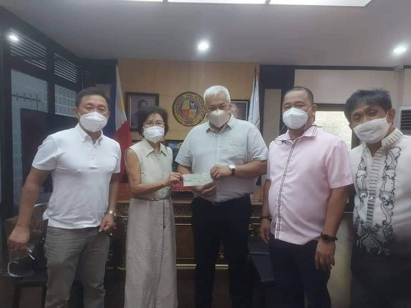 ASSISTANCE. Mayor Carmelo 'Pogi' Lazatin Jr. turned over the cheque amounting to P500,000 to Kuliat Foundation Inc. Founding Trustee and Incorporator Carmen McTavish and KFI President Architect Leandro Naguiat on October 19, 2021 at the Office of the City Mayor. With them were Executive Assistant V Raffy Angeles and City Administrator Atty. Willie Rivera. (Angeles City Information Office)